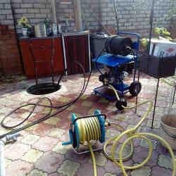 оборудование во время процесса прочистки канализации